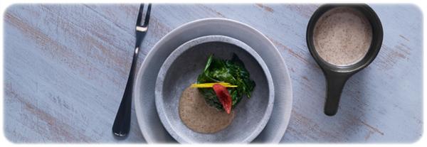 duszony szpinak z sosem sezamowym