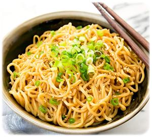 makaron smażony z sosem sezamowym